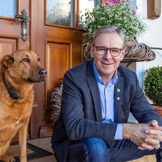 Portrait Adi Schapfel mit Hund